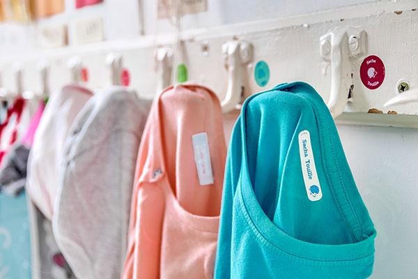 Comment enlever une étiquette thermocollante d'un vêtement ?