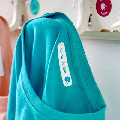 Marquer les vêtements pour l'école, personnaliser des étiquettes au nom de votre enfant